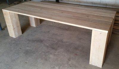 Steigerhouten tafel met grote blokpoten